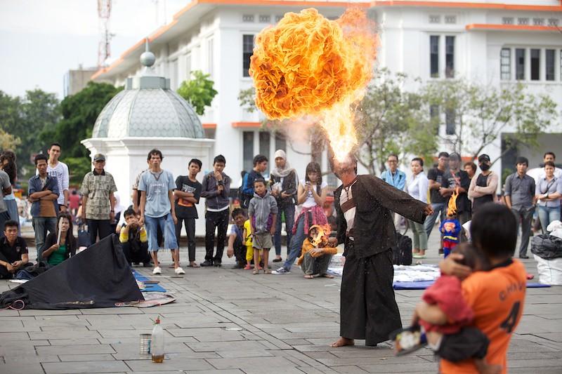 Sparks attraction at roadside of Old Batavia, Jakarta #oldbatavia #jakarta #streetphotography