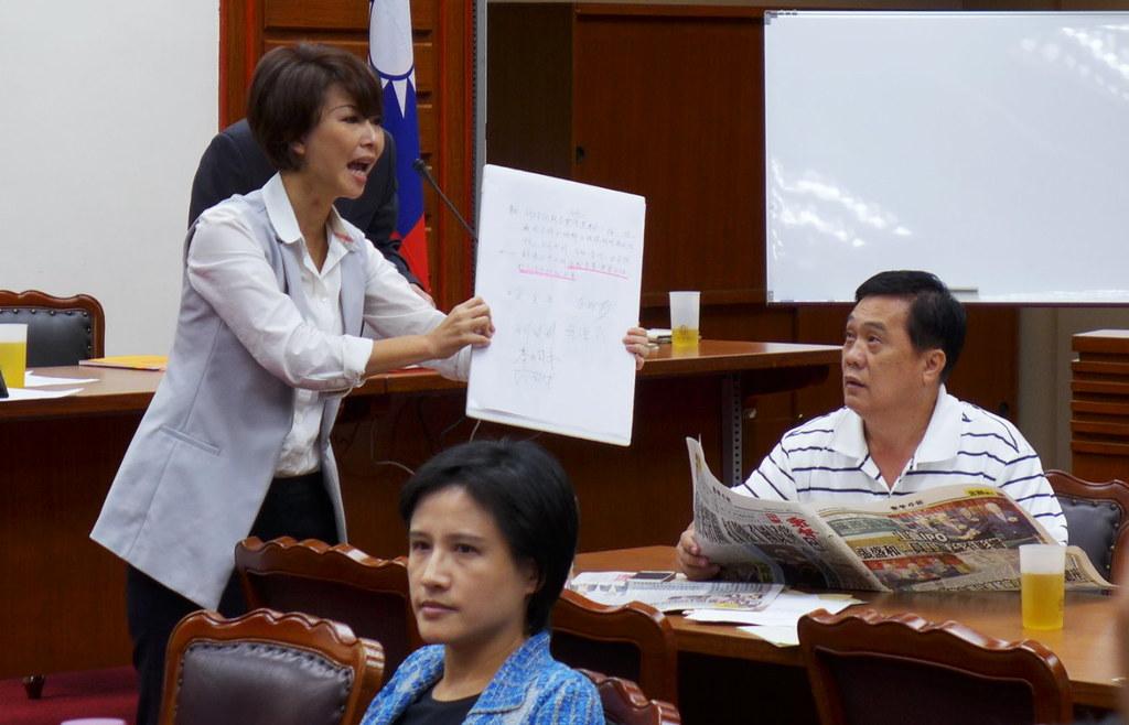 右:會議臨時主席翁重鈞宣布休息,議事暫停。攝影:陳文姿。