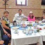 Die Familie Nikolaus Nauy mit Tochter, Schwiegersohn und Enkelskinder beim Frühstück