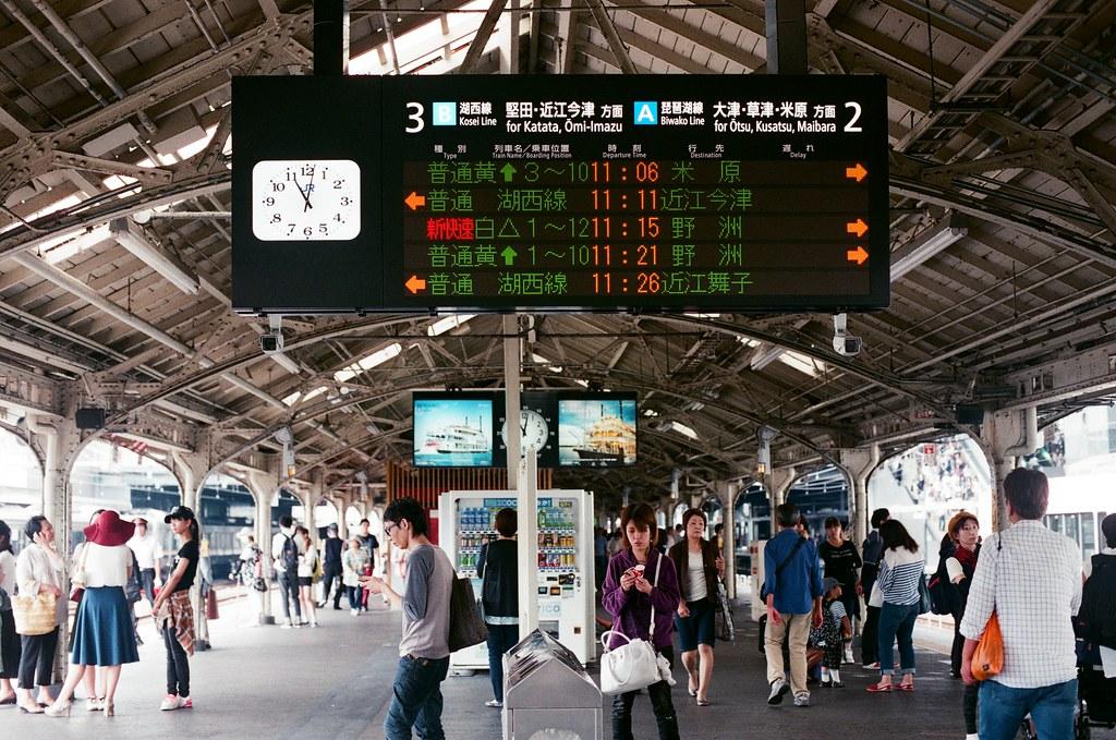 京都 Kyoto 2015/09/23 我以為會很久才到,結果一下子就到了。我記得那時候我聽著 iPod,聽著一些日文歌,讓自己很日本的感覺。不過其實我一直在重複聽著一首歌,那首歌一直讓我想到那個夏天。  Nikon FM2 Nikon AI Nikkor 50mm f/1.4S AGFA VISTAPlus ISO400 0946-0020 Photo by Toomore