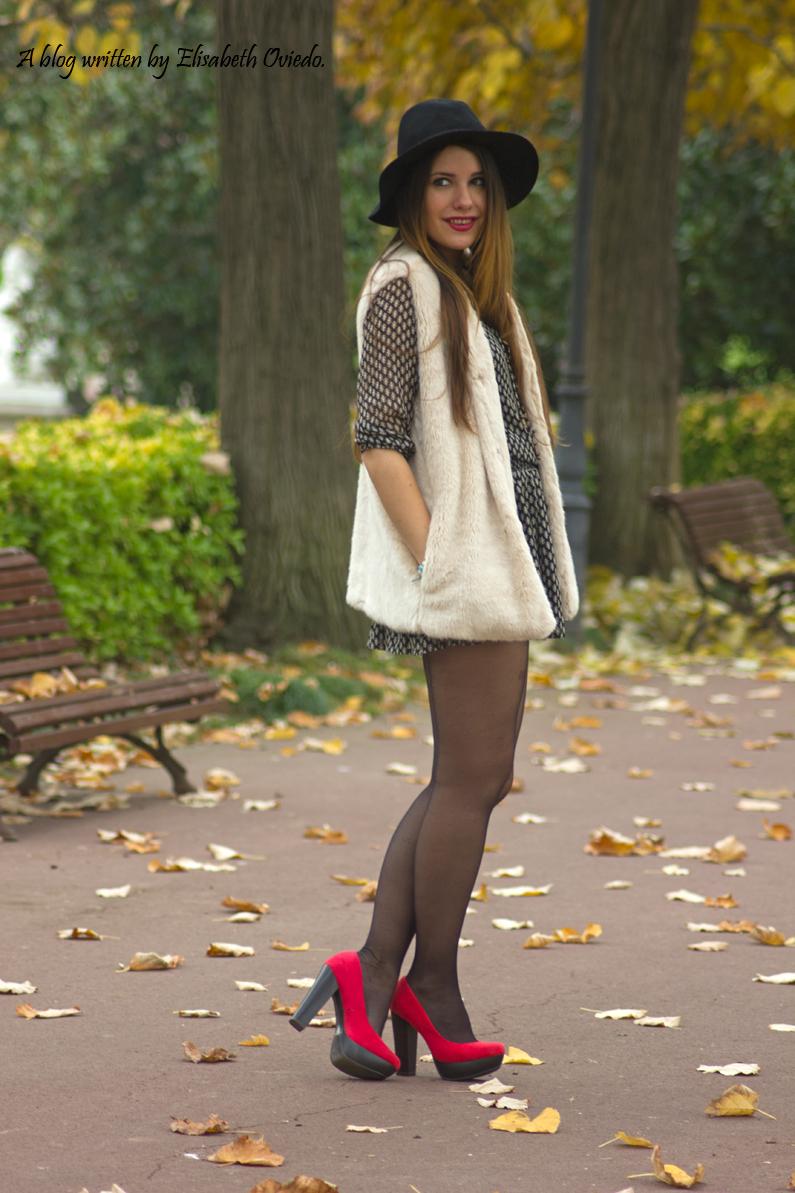 vestido el corte ingles heelsandroses chaleco pelo blanco sombrero negro stradivarius tacones rojos (2)