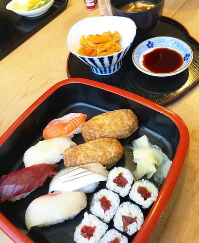 本日のランチは寿司ランチ!!何故か小鉢にマカロニミートソース!?忙しくてアップし忘れてた〜 #japan #Japanese #Japanesefood #lunch #sushi