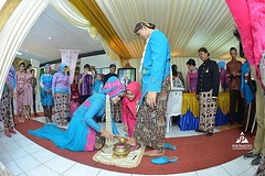 Foto prosesi panggih pernikahan pengantin adat Jawa di wedding kak @nana.dis & kak @deni.herwanto di LPP Yogyakarta, 27 Sept 2015 kemarin. Foto wedding by @poetrafoto, http://wedding.poetrafoto.com :thumbsup::blush::heart_eyes:
