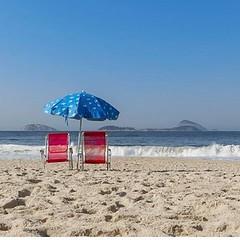 """Com a poesia desta imagem de Marcelo Ruduit, desejamos Boa Tarde ! E como ele mesmo diz, """"Não espere as férias para ser feliz !"""" #BlogAuroradeCinemadeseja  #Ipanema #Rio450 #errejota #riodejaneiro #cidadelinda #cidademaravilhosa #carioca #orla #praia #cli"""