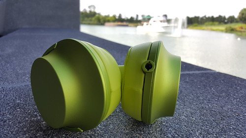 ช่องเสียบหูฟัง 3.5 มม. บนตัวหูฟัง h.ear on MDR-100A