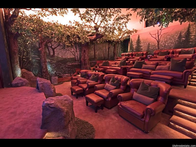 Домашний кинотеатр в тематическом лесном оформлении