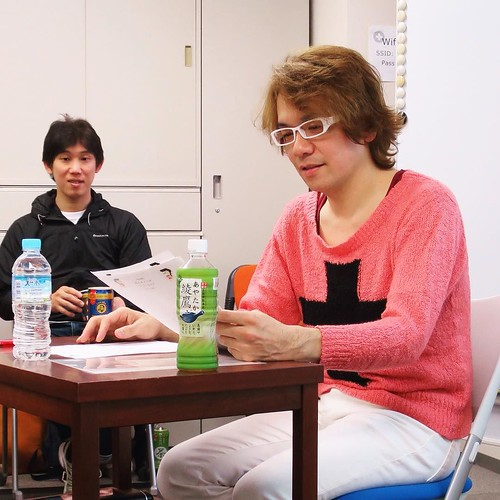 本日の講師、IKKANさん。後に控えるのは、生徒会長金子さん。 #りんごをかじろう