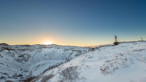 sky girl cold volcano blue rock snow mountain montanha azul crater iceland céu neve rocha rapariga cratera kerid frio vulcão islândia keriđ sunset pôrdosol