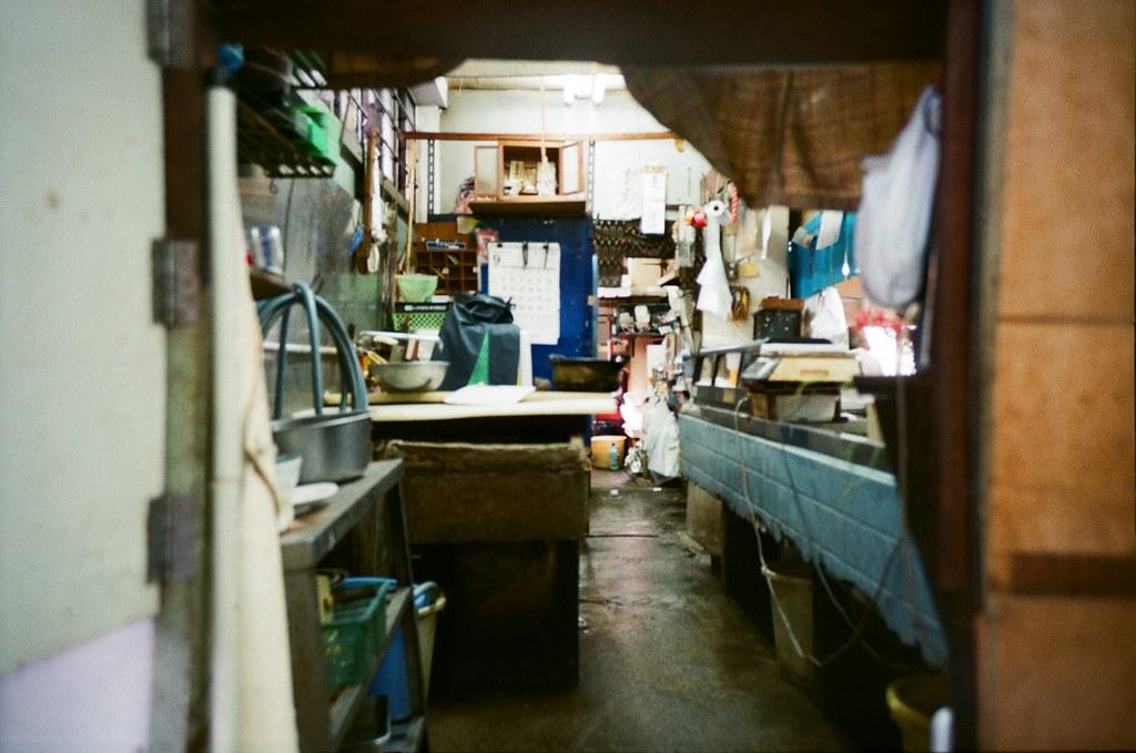 基町住宅 広島 Hiroshima, Japan / FUJICOLOR 業務用 / Lomo LC-A+ 某一攤販後方,我偷偷的拍了一張,但,竟然估焦錯誤!  亂亂的後台。  Lomo LC-A+ FUJICOLOR 業務用 ISO400 4898-0034 2016-09-27 Photo by Toomore