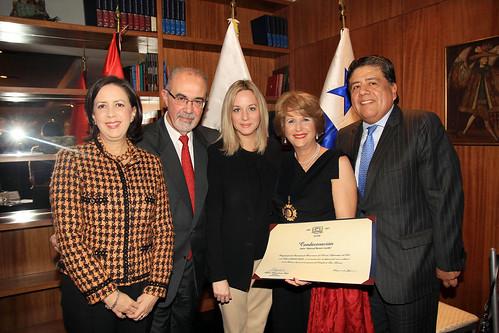 Perú condecora a Ivonne Novey
