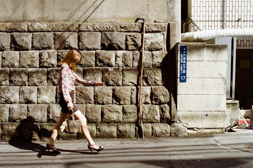 六本木七丁目 東京 Tokyo 2015/10/03 從國立新美術館離開用走的到六本木之丘,那天天氣很好,我就這樣一路慢慢走,突然聽到後面有高跟鞋的聲音,剛好走到一個斜坡,我就躲在旁邊拍下了這張  我愛這樣的構圖!  Nikon FM2 Nikon AI AF Nikkor 35mm F/2D Kodak ColorPlus ISO200 0999-0009 Photo by Toomore