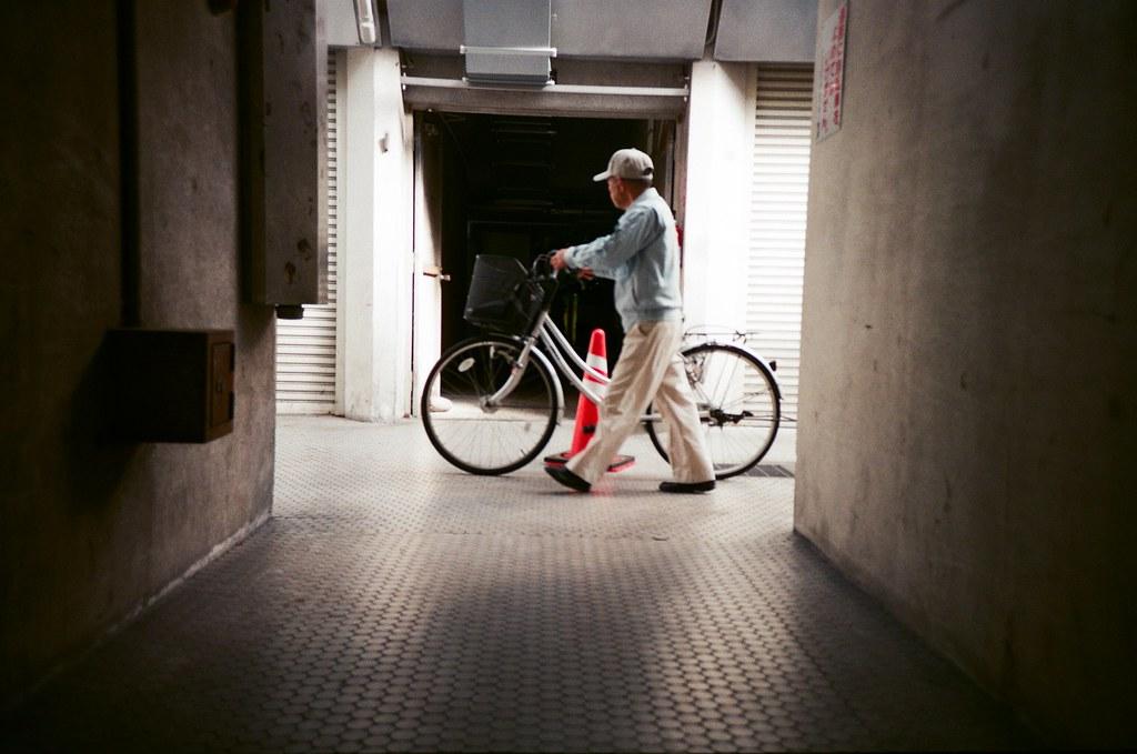 基町住宅 広島 Hiroshima, Japan / FUJICOLOR 業務用 / Lomo LC-A+ 在這個類似的畫面拍了一些,拍住在這裡的居民悠閒生活的樣子。  不過這張沒有在很完美的位置按下快門,就有一點點歪歪的感覺。  不過很喜歡這裡拍出來個光線,暗角特別明顯。  Lomo LC-A+ FUJICOLOR 業務用 ISO400 4898-0029 2016-09-27 Photo by Toomore