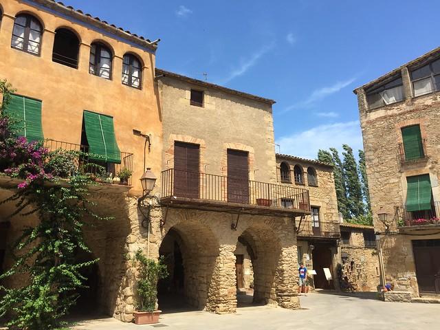 Plaça de les Voltes (Peratallada, Baix Empordá, Girona)