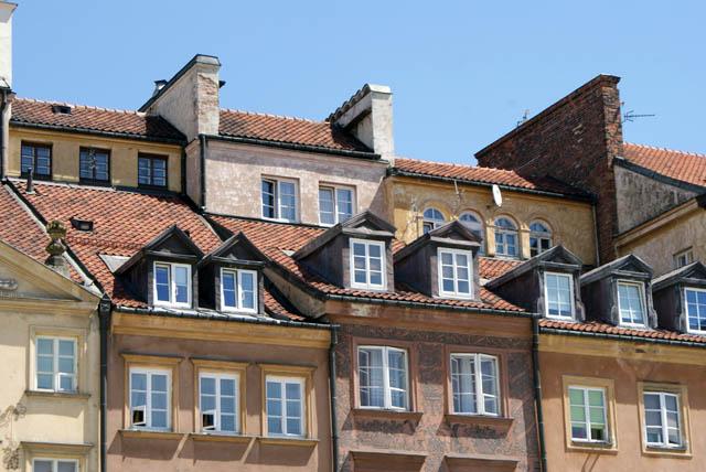 Fenêtres sous toits de la place du marché (Rynek) de Varsovie