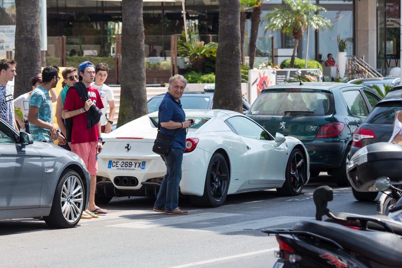 9. На парковках припаркованы роскошные автомобили.