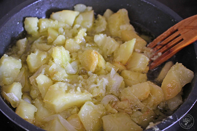Yema confitada con ajo negro y patatas rotas www.cocinandoentreolivos.com (5)