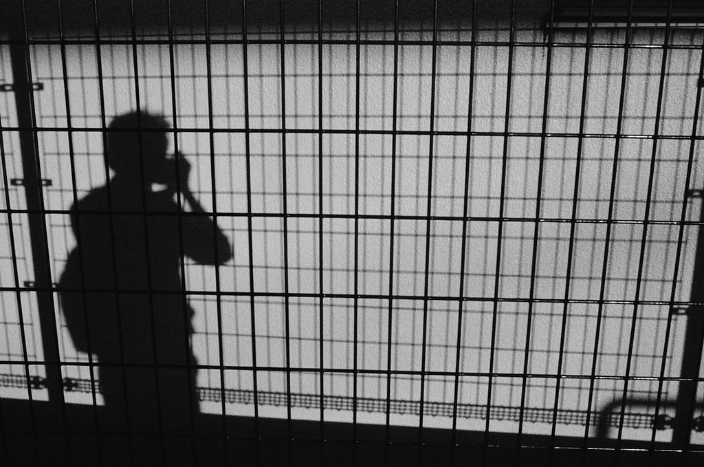 赤土小学校前駅 東京都荒川區東尾久 Tokyo 2015/10/06 在日本旅行的時候我都會背一個包包出門,裡面其實也只有裝一本旅行筆記本和護照。後來回到台灣後,每次經過路旁店面,映出自己背包包的身影時,都會想到在日本走走拍拍旅行的那些日子。  開始工作後,真的很難找一段較長的時間待在自己喜歡的地方。不過工作了也好,忙一點也好 ......  Nikon FM2 Nikon AI AF Nikkor 35mm F/2D Kodak TRI-X 400 / 400TX 1275-0014  #TwitterTuesday #Lines Photo by Toomore