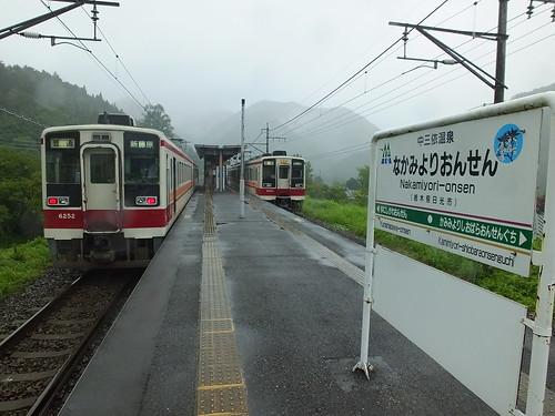 電化されており、電車が東武鬼怒川線や会津鉄道(会津田島駅まで)へ直通運転している