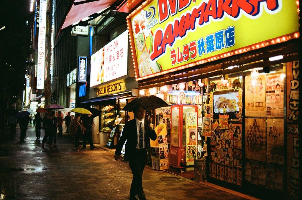 秋葉原 東京 Tokyo 2015/10/01 18 天旅行後半段到了東京的第二天卻一直在下雨,到神保町找一本合適的書,記得那時候有看到一本還不錯的手繪本,但我先記起來在哪一家店,想說東京的旅途才剛開始,先不急著買。  後來我去了星巴克休息寫明信片,寫著寫著又下起大雨,突然想拍一些關於雨的場景,就抓著相機出來拍照,但我又不愛撐傘,好像就從這天開始我就有點小感冒了。  後來我好像用走的到秋葉原,到那裡找朋友要的扭蛋,一路上也是走走拍拍不管自己淋雨這樣。  Nikon FM2 Nikon AI AF Nikkor 35mm F/2D Kodak ColorPlus ISO200 0995-0038 Photo by Toomore