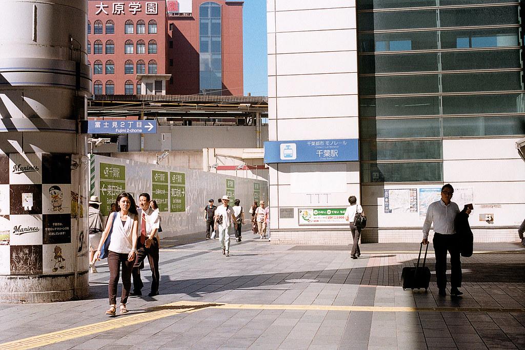 """千葉駅(ちばえき) 2015/08/05 千葉車站,不知道在施工什麼,車站有一半都被包圍起來。  Nikon FM2 / 50mm Kodak ColorPlus ISO200  <a href=""""http://blog.toomore.net/2015/08/blog-post.html"""" rel=""""noreferrer nofollow"""">blog.toomore.net/2015/08/blog-post.html</a> Photo by Toomore"""