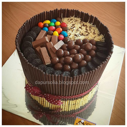Crazy chocolate cake with assorted sweets. Definitely for sweet teeth.  #pockypocky #chocolatecake #oreo #m&m #kitkat #cheesecake #dapursolia #paiton #besuki #kraksaan #probolinggo #onlinecakeshop   Http://dapursolia.blogspot.com/ WA 0811354270 Pin BB: 7C