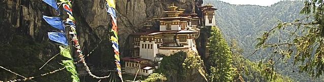 """In exponierter Lage, das """"Tigernest-Kloster"""" im Paro-Tal."""