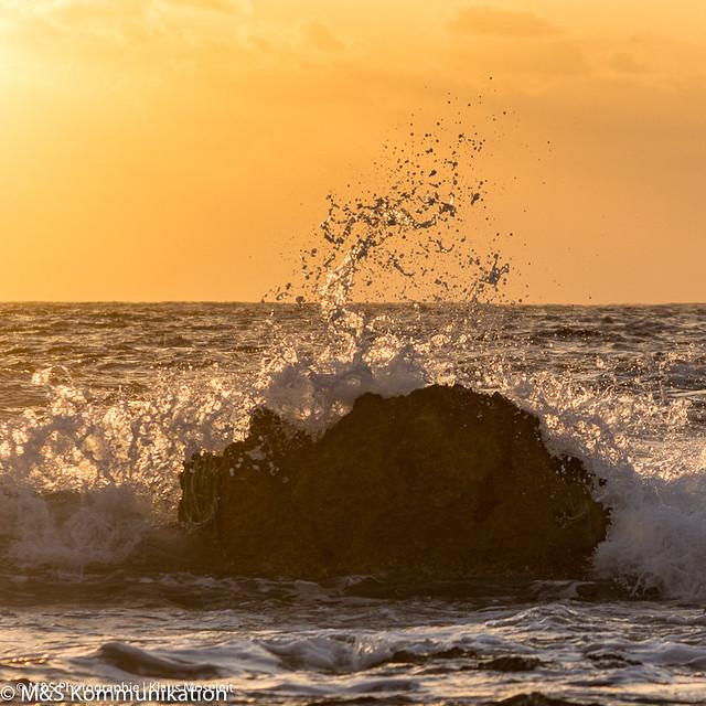 Brandung im Sonnenuntergang aufgenommen auf Zypern - Surf in sunset photographed on Cyprus