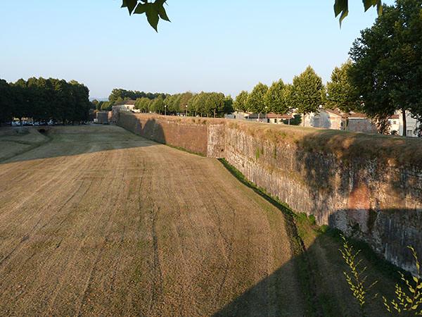 sous les remparts de Lucca