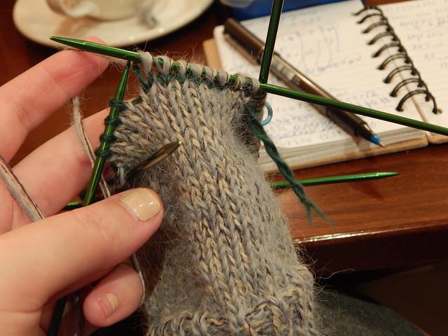 простые носки с пяткой задним числом, описание вязания с пошаговыми фотографиями | ХорошоГромко.ру