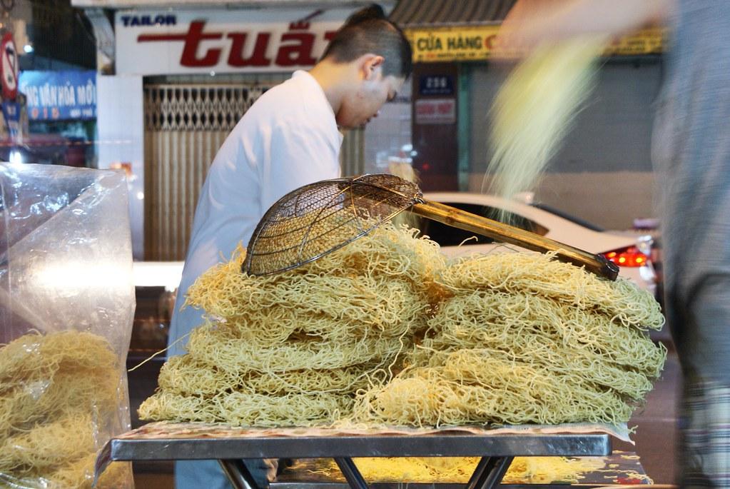 Préparation des nouilles dans la rue à Saigon, Vietnam.