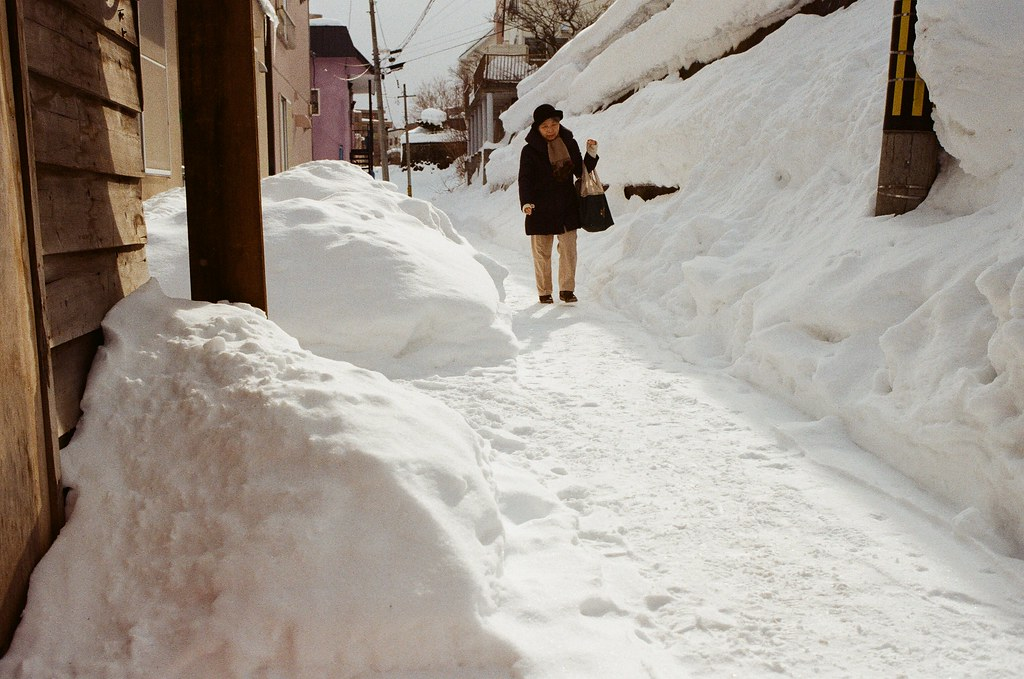 小樽 Otaru, Japan / Kodak ColorPlus / Nikon FM2 右邊也是可怕的堆雪!會滑下來嗎?  Nikon FM2 Nikon AI AF Nikkor 35mm F/2D Kodak ColorPlus ISO200 8269-0017 2016-02-02 Photo by Toomore