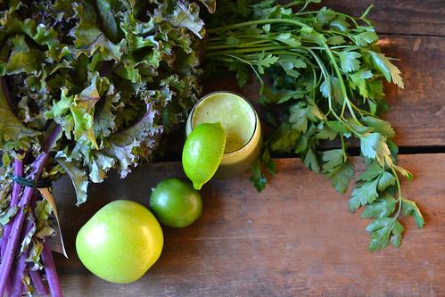 把蔬菜放在果汁里