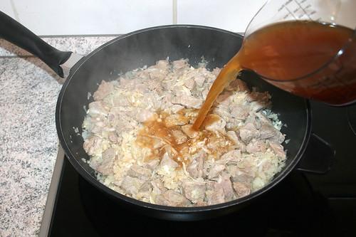 23 - Mit Fleischbrühe ablöschen / Deglaze with meat broth