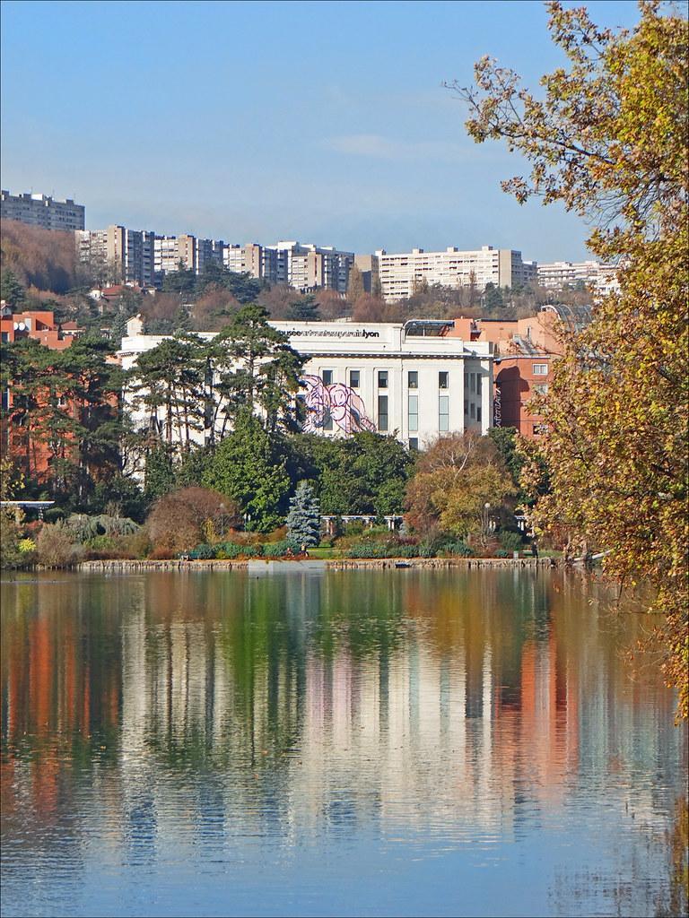 Musée d'art contemporain de Lyon avec le lac du Parc de la Tête d'or. Photo de Jean Pierre Dalbéra.