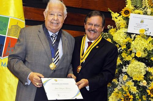 Condecoran a Julio A. Salazar