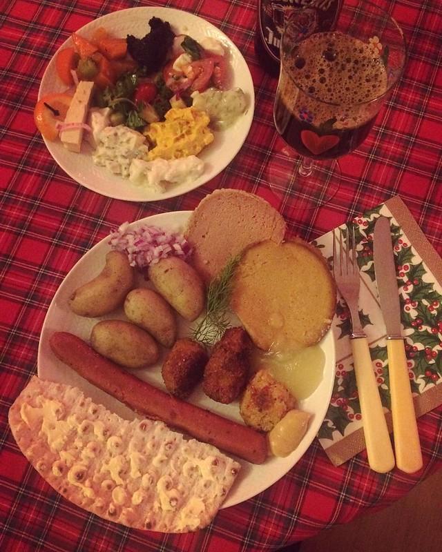 All in med skinka, seitan, korv, sill, rubbet! #vadveganeräter på julafton.