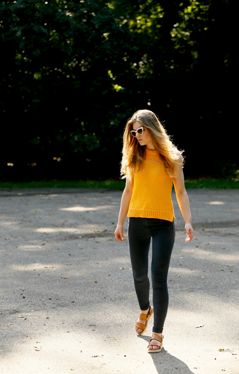 here comes the sun, outfit, zomeroutfit, outfit inspiratie, sandalen, cat eye zonnebril, miu miu zonnebril, zara, & other stories, skinny jeans, flatform sandals, fashion blogger, fashion is a party, sonsbeek arnhem, minimalistische sieraden, outfit geel, vanharen