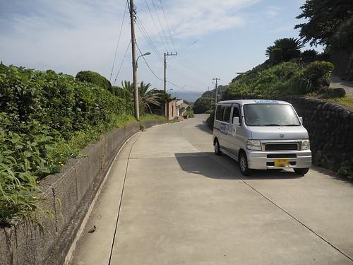 コンクリートの坂と車