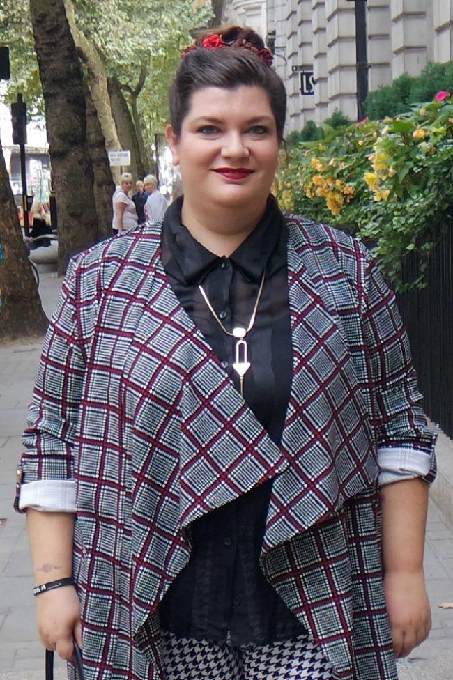 Outfit bianco nero e borgogna (2)