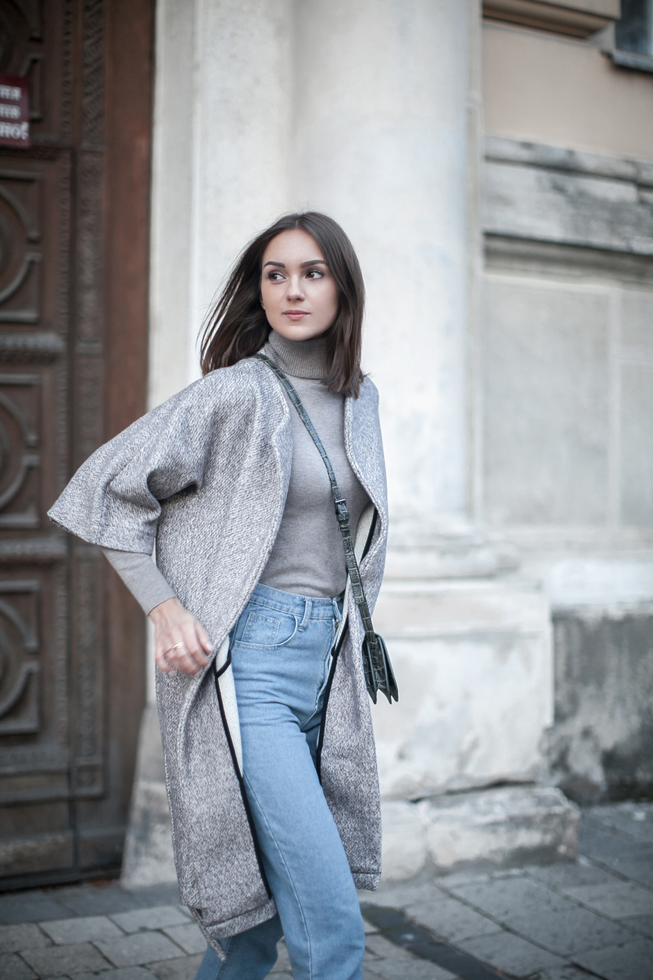 look-gray-coat-turtleneck-outfit