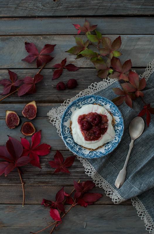 Crema de yogurt al limon con higos y frambuesas