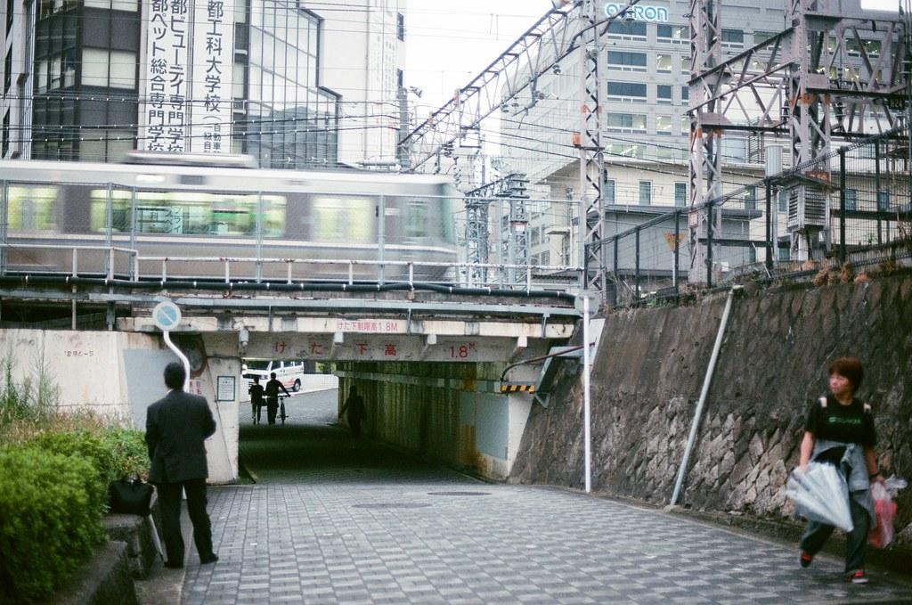 京都車站 Kyoto 2015/09/24 傍晚回到京都車站,那時候在車站的書店看到一本介紹京都的旅遊書。我自己是不愛看旅遊書旅遊的,因為這樣會有一點點失去流浪的感覺。但是翻了一下,小小一本,把京都各區域挑出幾間特色的店家,而店家都是我還滿喜愛的。  後來我發現我走錯方向的車站,有點小迷路,不知道怎樣走到北口,只後走出車站繞外面的馬路到北口。  Nikon FM2 Nikon AI Nikkor 50mm f/1.4S AGFA VISTAPlus ISO400 0950-0030 Photo by Toomore