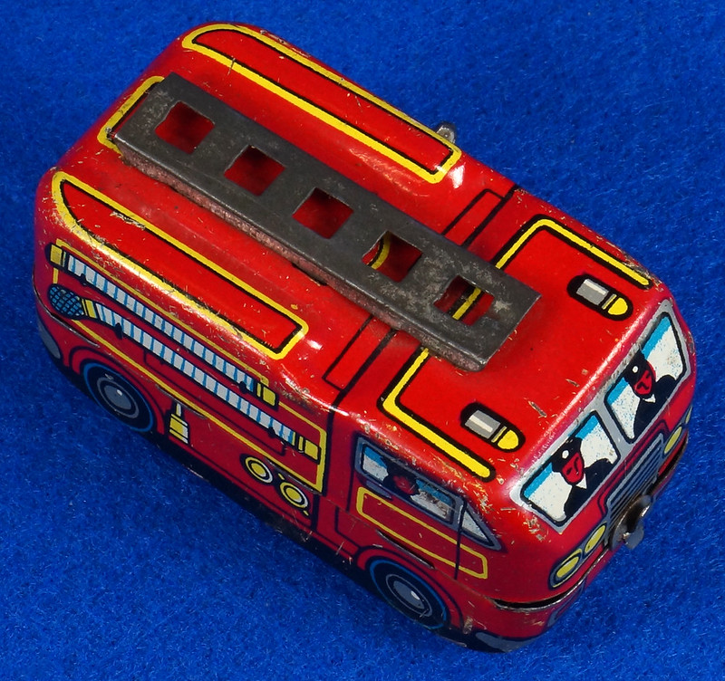 RD10081 Vintage Wind Up Tin Miniture Fire Truck Made in Japan DSC08361