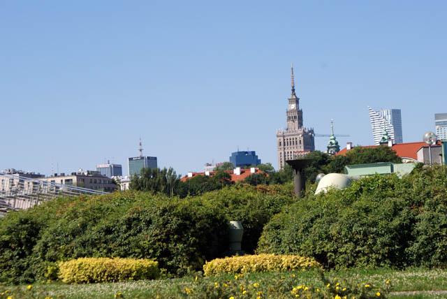 Vue sur le Palais de la culture de Varsovie depuis les toits jardins de la bibliothèque universitaire de Varsovie.