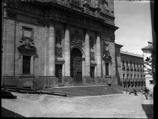 Iglesia de San Ildefonso o los Jesuitas en la plaza del padre Juan de Mariana en Toledo hacia 1920. Fotografía de Enrique Guinea Maquíbar © Archivo Municipal de Vitoria-Gasteiz