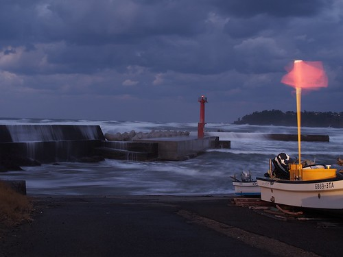 winter sea cloud lighthouse weather japan port evening boat fishing flag stormy 日本 雲 海 akita 秋田 夕方 漁港 灯台 旗 漁船 nikaho にかほ 小砂川 kosagawa