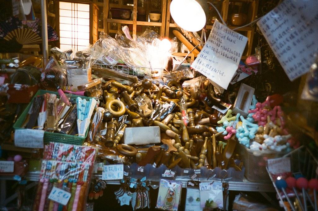 九份 Taipei / Portra 400 / Lomo LC-A+ 2015/11/14 我喜歡九份這樣霧茫茫的風景,整片山寂靜無人的樣子。當走到老街的時候,被吵雜的喧鬧聲拉回來。  九份有好多日本觀光客,所以吵雜聲混著日文交談,感覺好像在日本一樣,很特別!  Lomo LC-A+ Kodak Pro Portra 400 3187-0020 Photo by Toomore