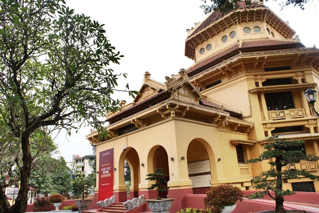 > Musée d'Histoire vietnamienne à Hanoi dans une construction de style éclectique indochinois conceptualisé par Hébrard.