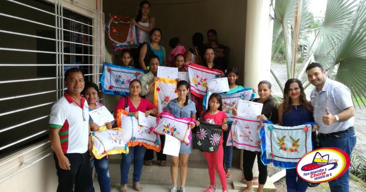 Taller de emprendimiento de bordados en cinta en la parroquia Chibunga