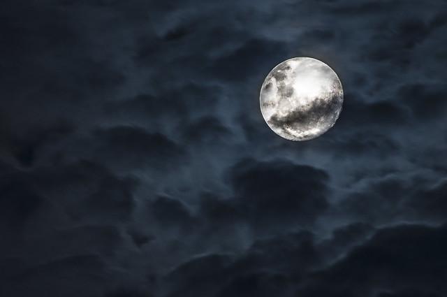 Luna con nubes NIKON D300 300mm 10/1/17 21:30Hs